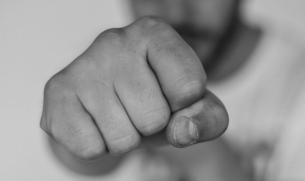Udział w bójce › jak się bronić